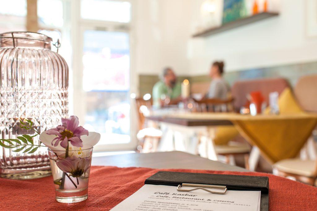 Kunden im Café Kasbar Restaurant mit Kerze