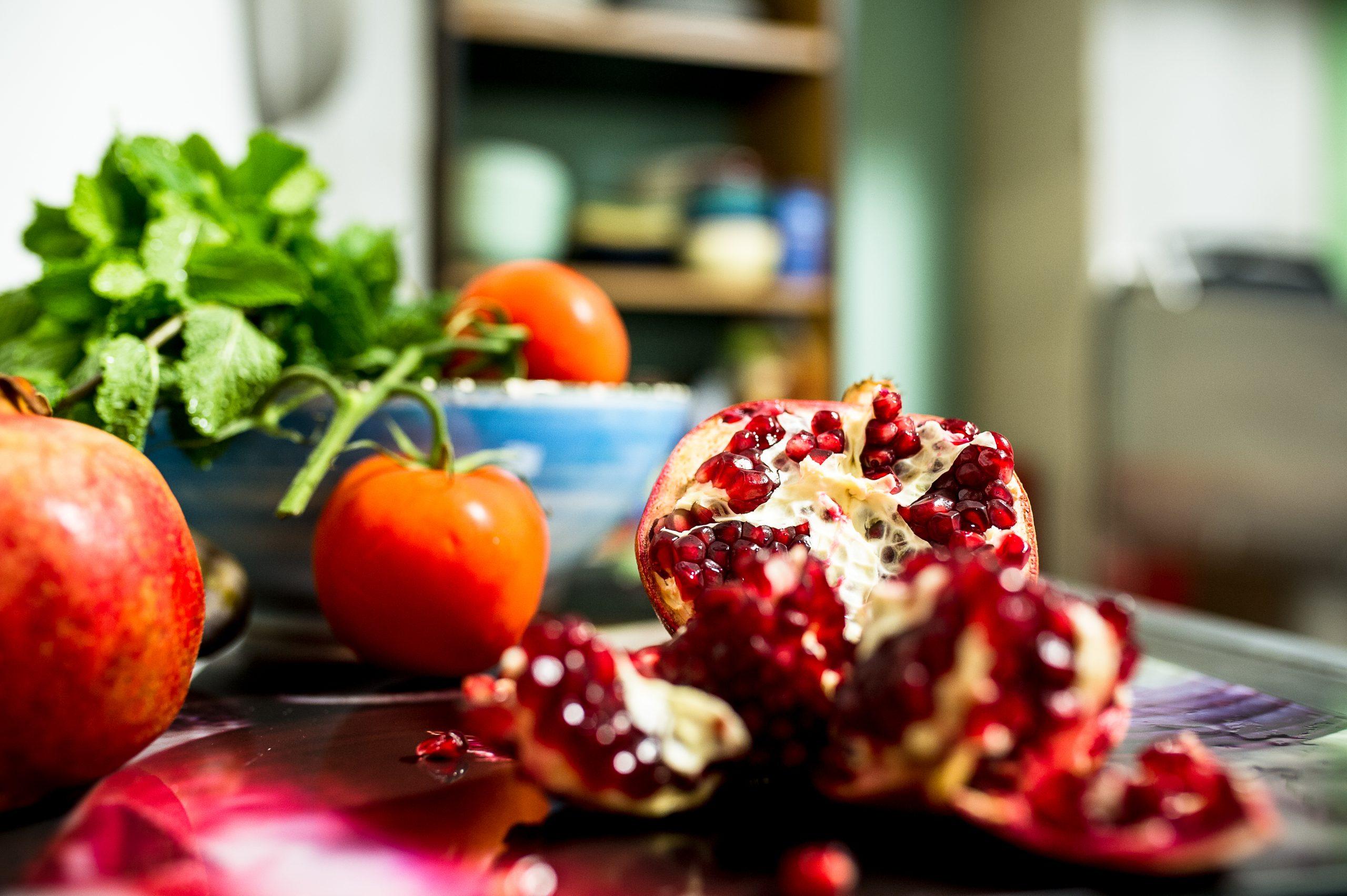 Granatapfelkerne, Tomaten und frische Minze