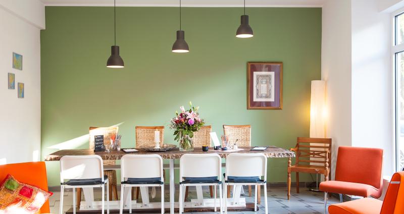 Café Kasbar, Raum vom Restaurant mit großer Tafel